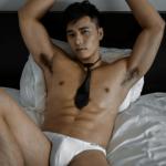 Người mẫu Minh Nguyễn quằn quại cùng quần sịp