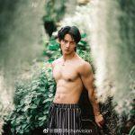 Nam thần đẹp trai thẫn thờ trong vườn
